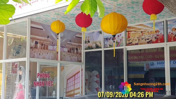 Sang nhà hàng nằm mặt tiền đường lớn, gần khu công nghiệp, dân cư đông.
